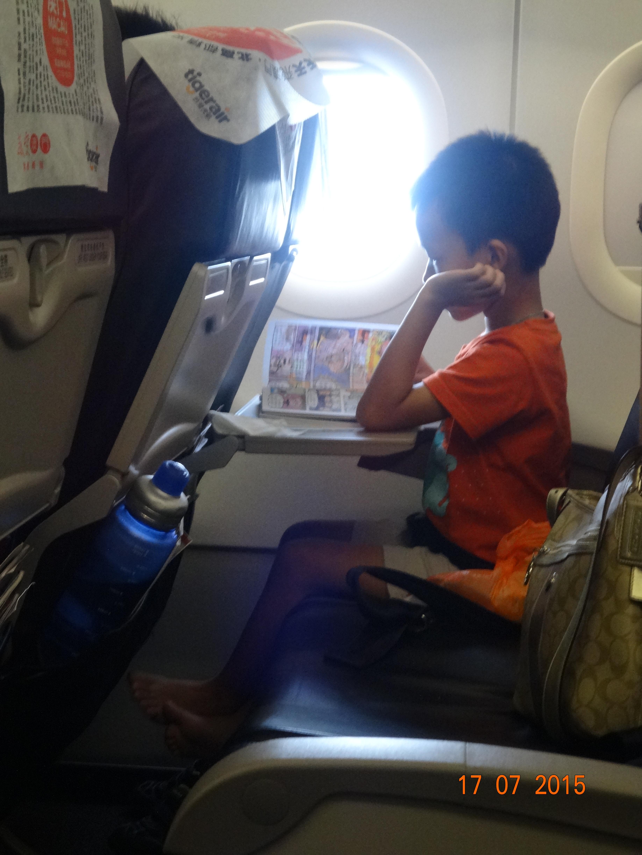 当真无聊的妈咪,连母子女三人的登机证也要拍照 ...